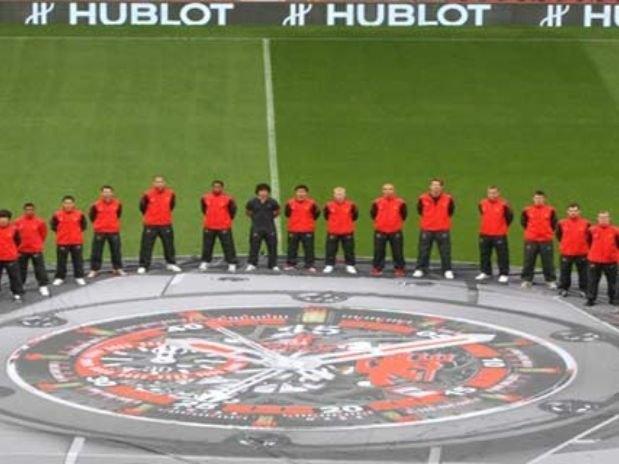 Venden reloj con el césped del estadio del Manchester United