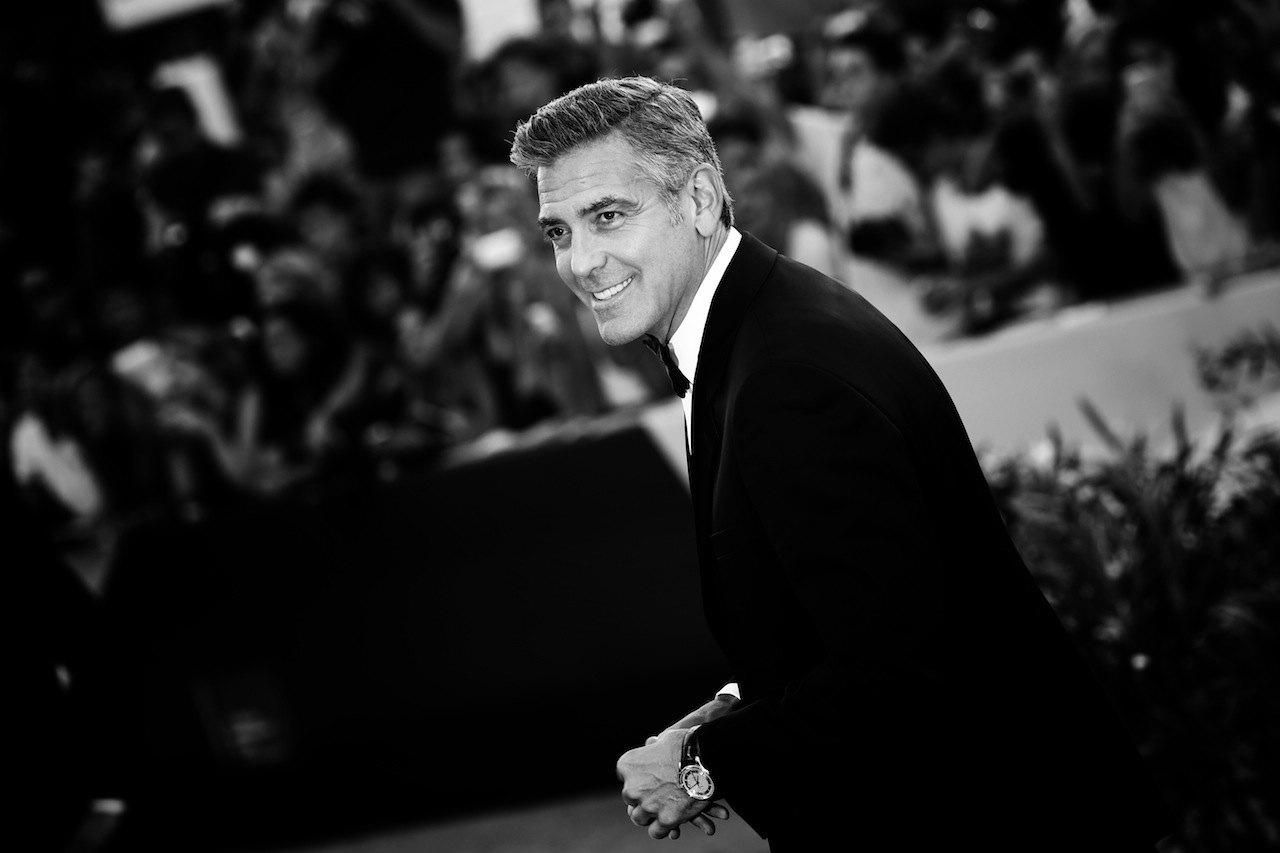 El embajador de OMEGA George Clooney luce un Omega De Ville en el Festival de Cine de Venecia