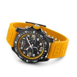 Breitling Endurance Pro amarillo apoyado