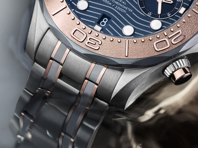 Omega Seamaster Diver 300M Chronograph oro titanio tantalio 210.60.44.51.03.001 lifestyle detalle