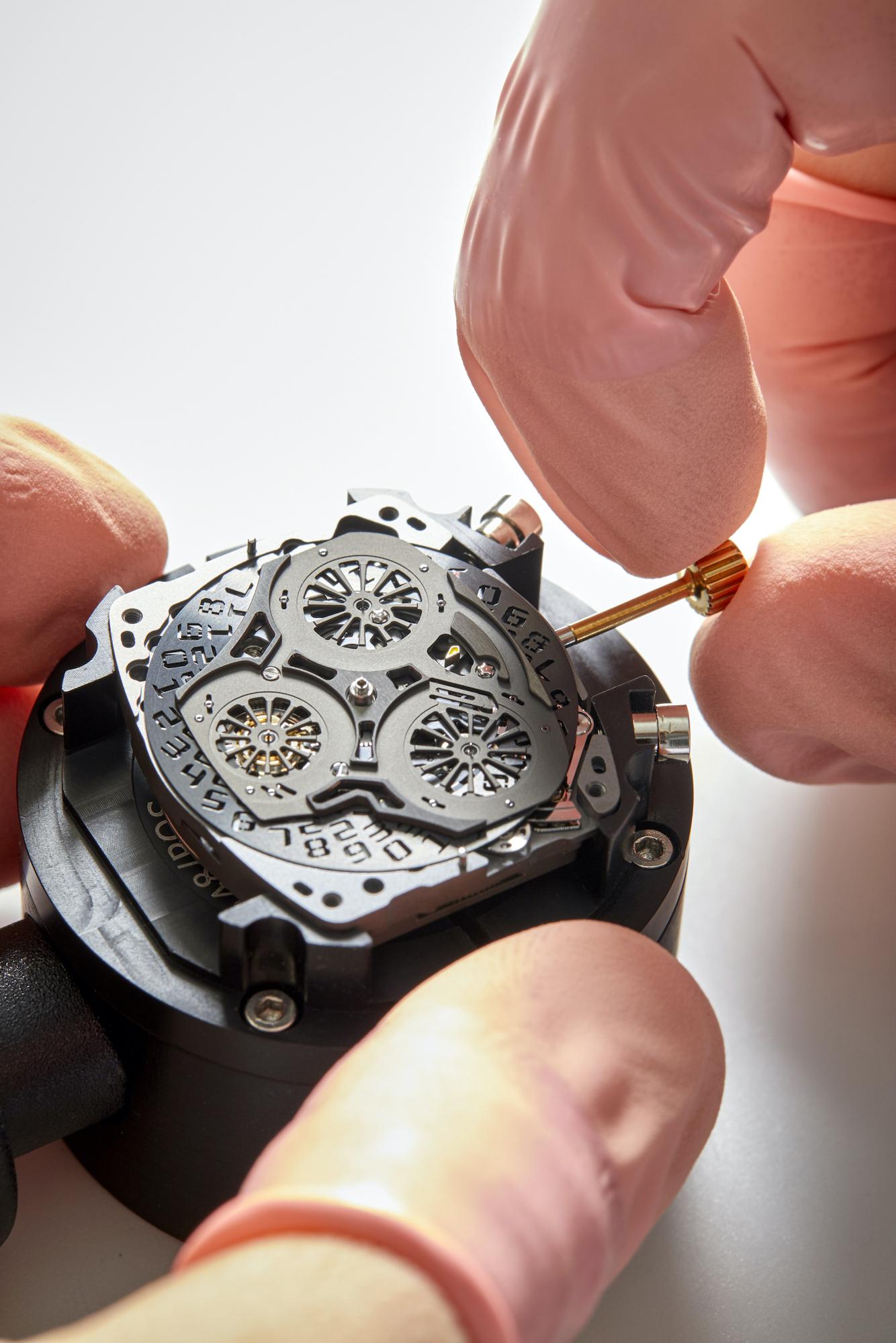 Richard Mille RM 72-01 Lifestyle Chronograph detalle movimiento y corona